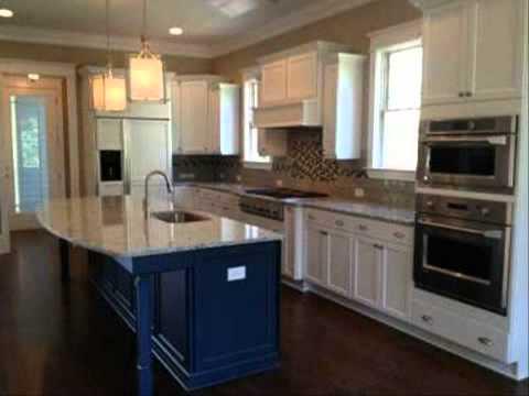 ห้องครัวแบบประหยัดพื้นที่ บานประตูไม้อัด