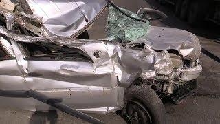 Renault влетел в стоячий грузовик - машина в смятку