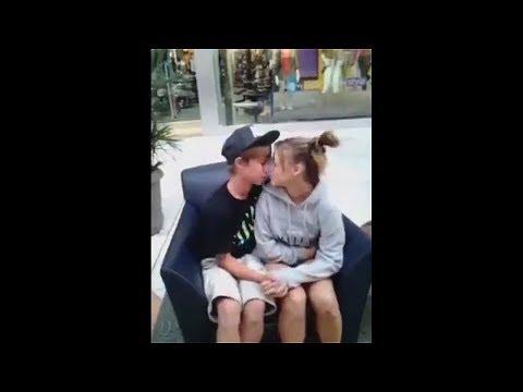 junge und Mädchen haben den peinlichsten ersten Kuss..
