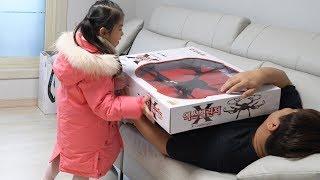 아빠 드론을 날려봤어요!! 서은이의 드론 헬리콥터 무선조정 장난감 그네 미끄럼틀 Daddy's Giant Drone Toy