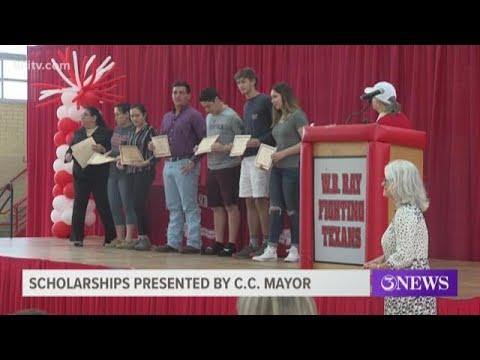 Mayor Joe McComb presents scholarships to Ray High School seniors