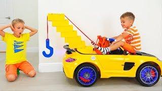 Vlad und Nikita spielen mit einem Spielzeug-Abschleppwagen für Kinder