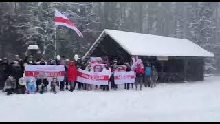 """Люди с бчб-флагами скандируют """"Жыве Беларусь"""""""