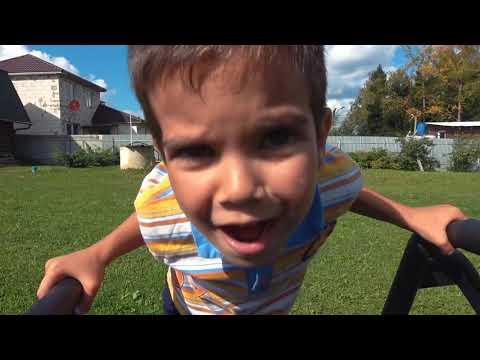 Дети делят игрушечную машинку Катаются на полицейской машине и убегают от динозавра