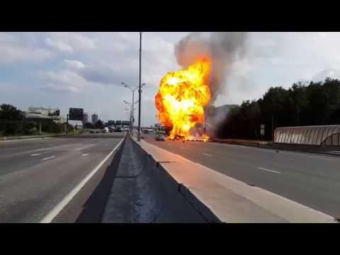 O mașină cu butelii GPL-de aragaz explodează pe o autostradă din Rusia !