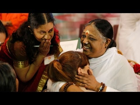"""Amma draws thousands during """"Embracing the World"""" tour in Elburn"""