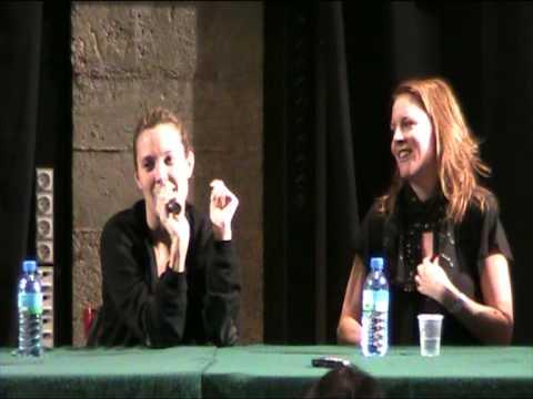 Laurel Holloman and Erin Daniels answering questions at TLW/QAF Paris convention 5