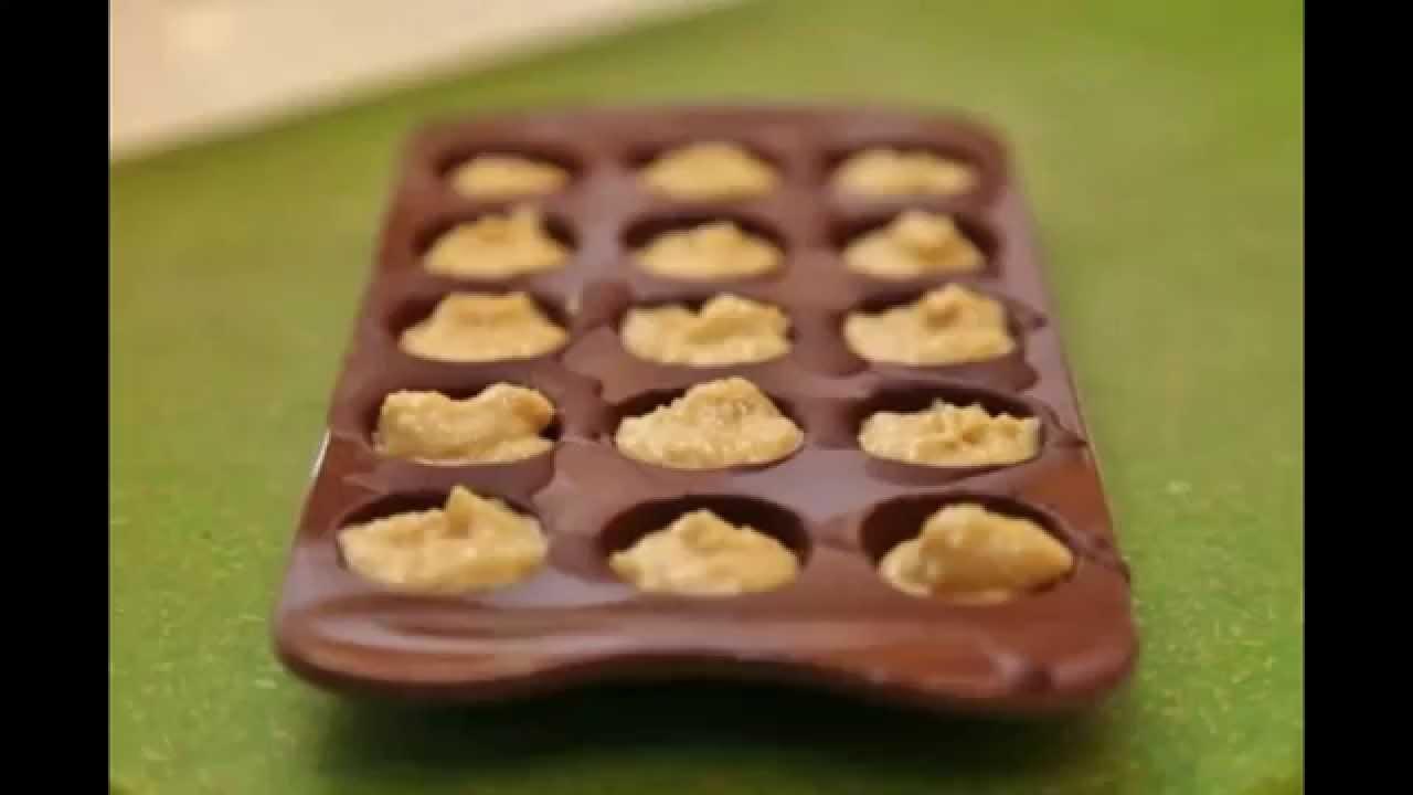 Бобы какао, или какао-бобы, — миндалевидные семена, содержащиеся в плоде (стручке) шоколадного дерева (theobroma cacao). Источник какао порошка и какао-масла, из которого изготавливают шоколад. Плод какао содержит, помимо мякоти, от 30 до 50 достаточно крупных семян светлой ( как.