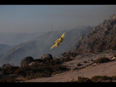 Un avión descarga agua sobre las llamas en el incendio de Lobios
