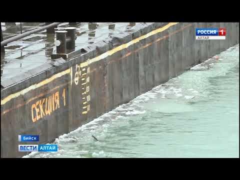 В Бийске демонтировали понтонный мост через Бию