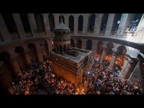 شاهد: المسيحيون الأرثوذكس في القدس يحتفلون بالشموع بذكرى النار المقدسة…