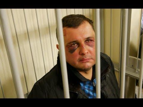 Побитого Олександра Шепелєва завели до зали суду