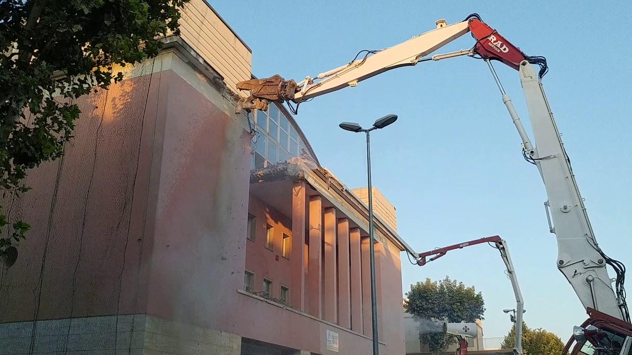 Demolizione palazzo sirena francavilla al mare youtube for Mobilia arredamenti francavilla al mare