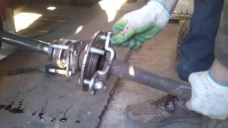 Работа обратного молотка при снятии полуоси заднего моста Niva Chevrolet