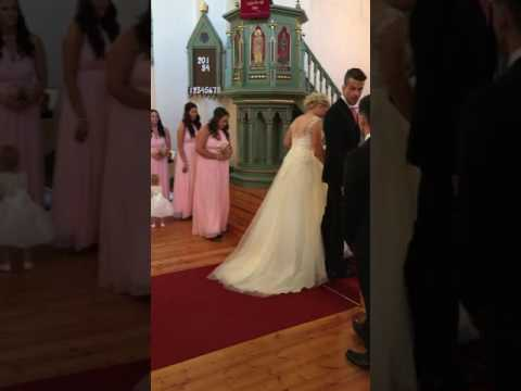 Father walks daughter down the aisle while singing