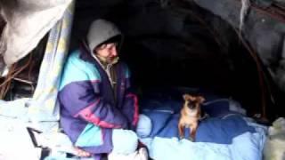 Bezdomni żyją w szałasie nad Wisłokiem w Rzeszowie