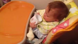 видео Как и когда научить ребенка пить из чашки
