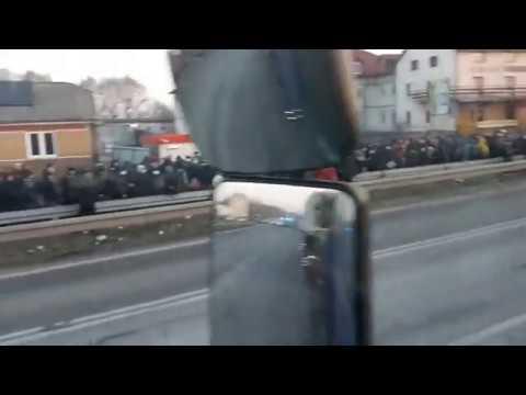 Прямо сейчас (27.03.2020) на границе в пункте пропуска Краковец тысячи украинцев хотят попасть домой