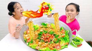 Làm Chảo Mỳ Cay Hàn Quốc Khổng Lồ ❤ Đầu Bếp Vui Nhộn - Trang Vlog