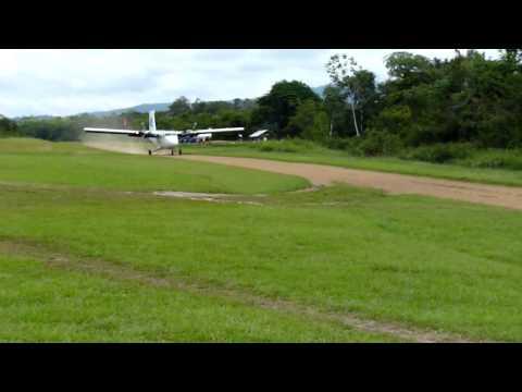 Blue Wing Twin Otter landing at Tabiki, Suriname (SMTA)