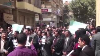 مصر العربية | محامو المنيا في وقفة بالأرواب السوداء أمام مجمع المحاكم