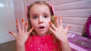 Красим ногти лаком на руках. Косметика для девочек. Играем в Салон Красоты.  Pretend Play