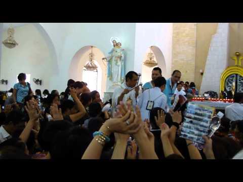 Cha Long đi rảy Nước Thánh cho tất cả mọi người - Nhà Thờ Chí Hòa - 1.9.2011