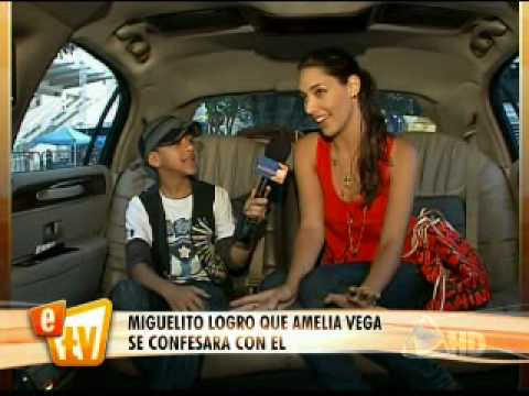 Miguelito platica con Amelia Vega