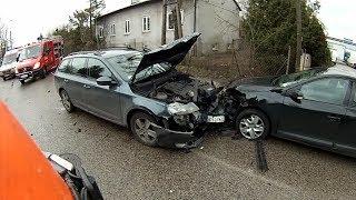 Wypadek Konotopska, 3 samochody, 2 osoby poszkodowane - ludzie wchodzą na wygrodzony teren akcji.