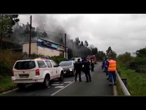 Arde una nave de rotulación en Celeiro y se registran explosiones