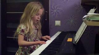 'Под небом голубым' играет и поет Элина 4 года (2016г)