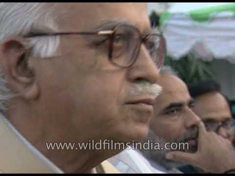L K Advani eats chaa