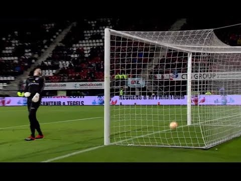 The ball did not want to fly into the goal