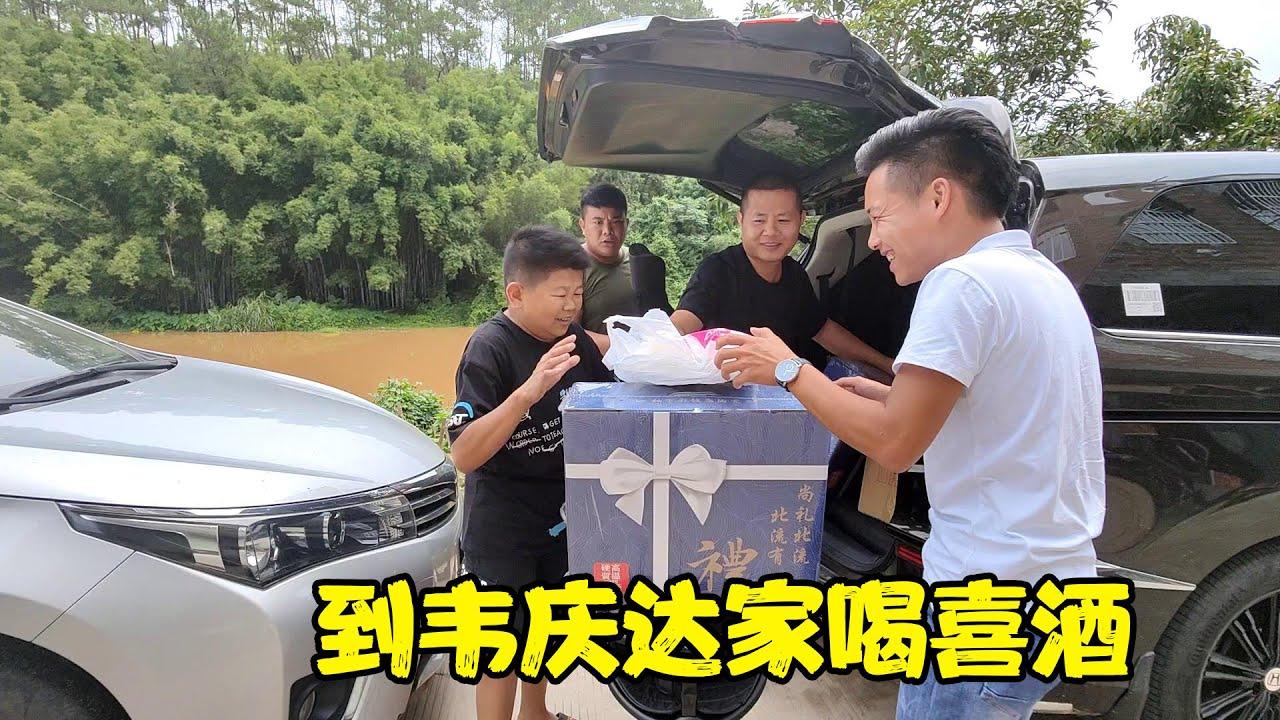韋慶達的兒子滿月,小六備好禮物出發去喝喜酒,沒想到老肥也到了