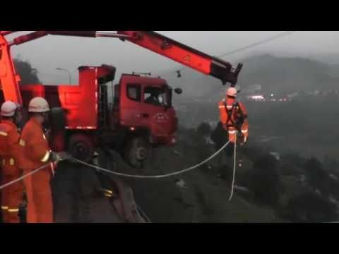 Une famille se retrouve suspendue dans la vide coincée dans la cabine d'un camion