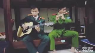 Anh Công an Việt Nam thổi sáo, đánh đàn guitar phía sau một cô gái cực hay