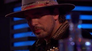Waylon ontroert met het emotionele nummer 'Paperboy' - RTL LATE NIGHT
