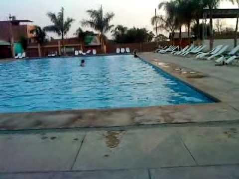Cesitar relajandose en la piscina el remanso de comas 17 for Follando el la piscina