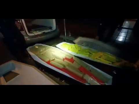 APRESAN a un hombre que llevaba 300 kilos de marihuana escondidos en ataúdes con supuestas víctimas de coronavirus (VIDEO)