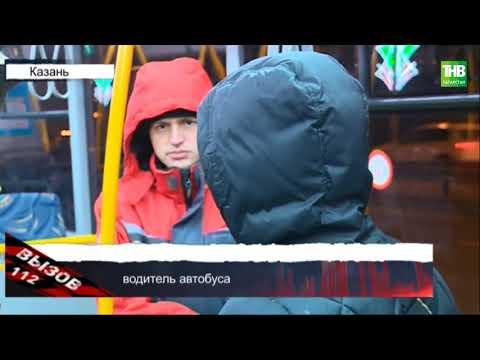 В Казани автобус уничтожил заглохшую иномарку на Кремлевской дамбе.
