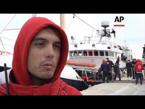 Nearly 500 migrants arrive at Italian port
