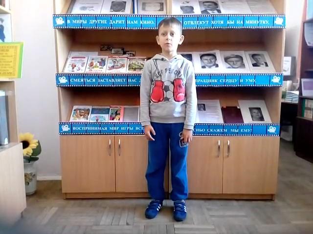 Изображение предпросмотра прочтения – СтепанШаталов читает произведение «Мартышка и зеркало» И.А.Крылова