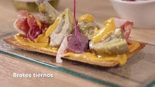 Coca de alcachofas, romescu y jamón ibérico
