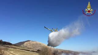 Incendio di macchia mediterranea: in volo il Canadair