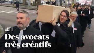 Cercueil, chansons et report de procès :  les avocats se démènent contre la réforme des retraite