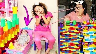 Valentina brincando com copos e blocos coloridos E APRENDENDO CORES COMPLETO