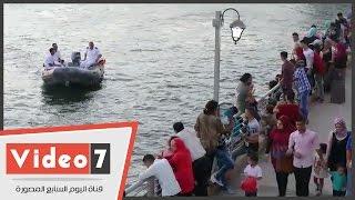 بالفيديو.. شرطة المسطحات المائية تطالب المحتفلين بعدم الجلوس على حافة الكورنيش الجديد