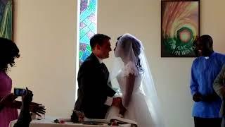 Crocodilo arranca braço de mulher na véspera de seu casamento, mas não impede cerimônia