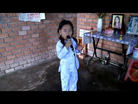 "Be gai 6 tuoi Kim Uyên hat ""Nho me ly mo coi"" cuc hay.mp4"