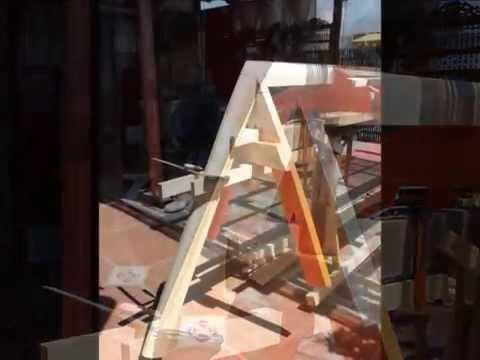 Κατασκευή ξύλινης βάρκας σε... ταράτσα!